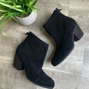 AEROSOLES Laser cut leather ankle booties size 9.5